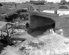 CNRRA / 588 [Students from the UNRRA-sponsored NHA training school constructing a bridge, China, ...