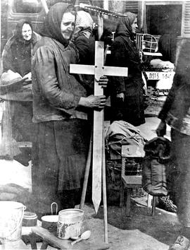 [Germany]: UNRRA / 1809 : Clutching the cross which had marked her husband's grave who died in Ge...